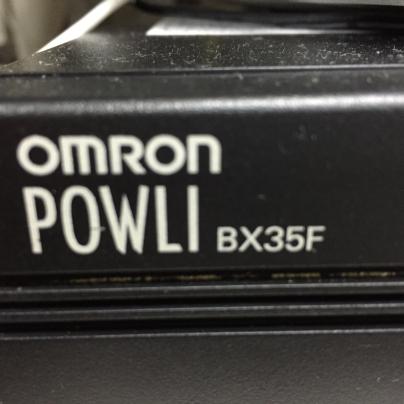 黒い箱には、OMRON POWLI BX35F と白い文字で書いてあります。