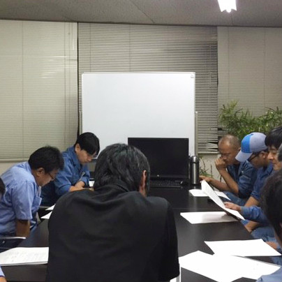 施工担当者が机をはさんで会議をしています。