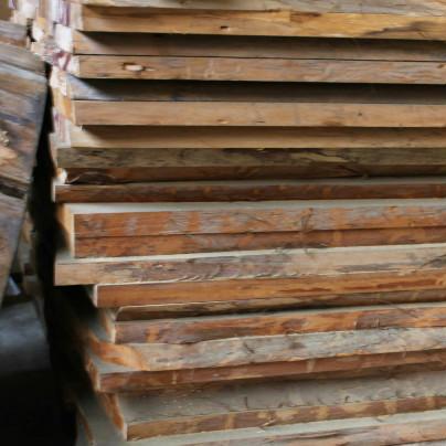 木の板が二十枚ほど平積みに置いてあります。