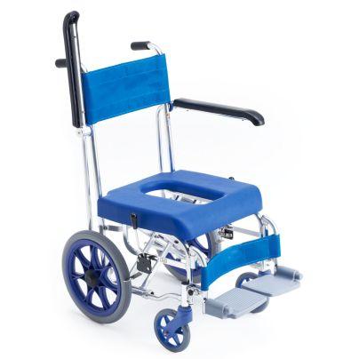 青い座面と背もたれのシャワーキャリーで左のひじ掛けが跳ね上がっています。後輪の最上部は座面より下側ですね。
