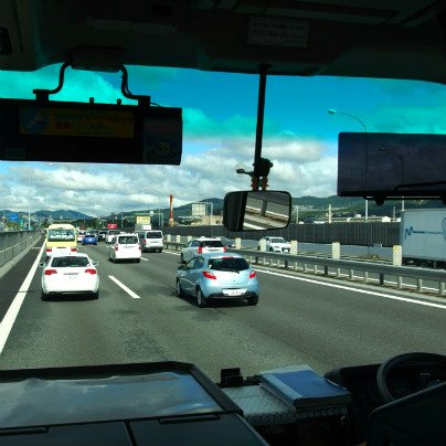バスのフロントグラスから中国自動車道、前方には数台の乗用車