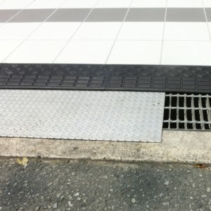 建物の境界と歩道の際、鉄板を強いています。