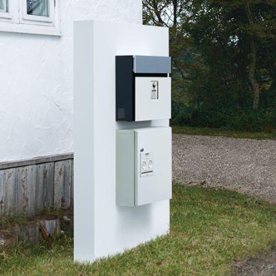 白い壁の上には郵便ポスト、その下には同じ幅の宅配ボックスが設置されています
