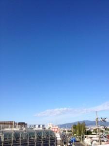 青い空に、ほんの少しの白い雲