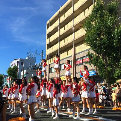 道では紅白の衣装を着た女子生徒達が肩に乗るなどの演技をしています。