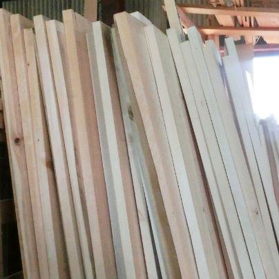 白い高野槇の板が多数立てかけてあります。