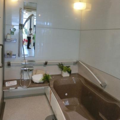 右側に茶色い浴槽、左側が洗い場