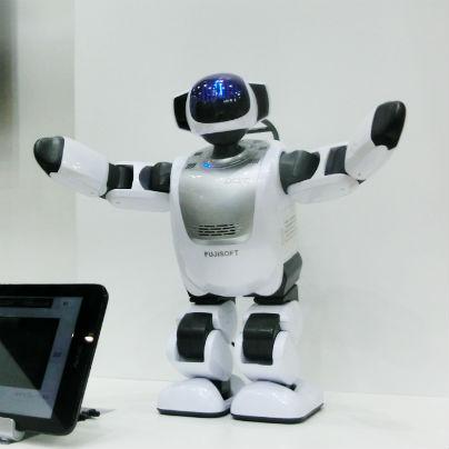 白い介護ロボットが手を広げています。