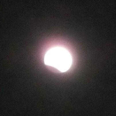 夜空で月が左の斜め下から欠けはじめています。