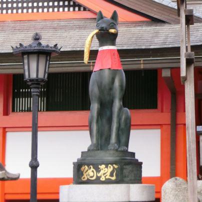 狐の象が立っています。