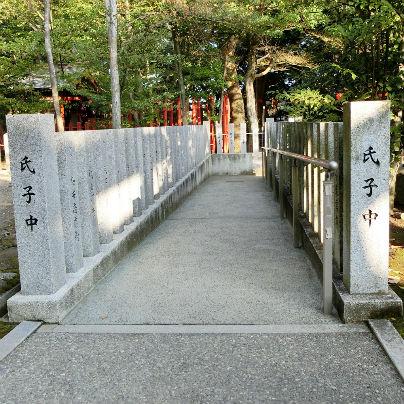 本殿から石のスロープが延びています。