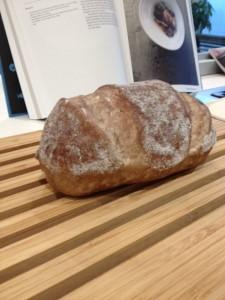 木製のすのこのうえにパンを置いてあります