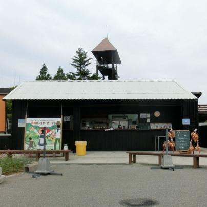 黒い壁に白い屋根、平屋のお店です。
