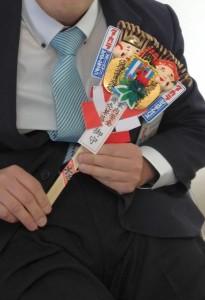 タカラスタンダードさんお福笹を持って座っています。