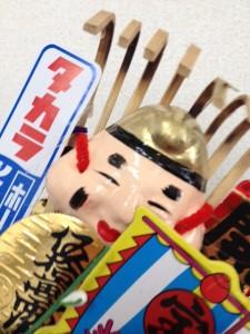 福笹の右に大黒様の顔と、タカラの赤い文字をいれた幟が載っています