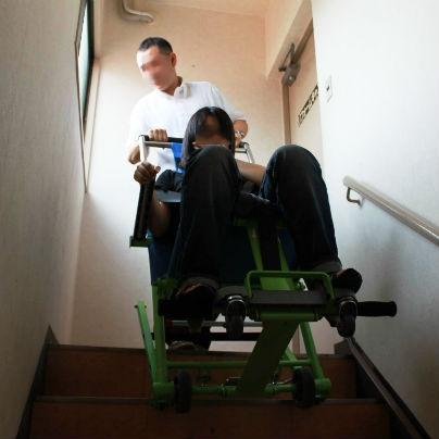 災害のとき、車椅子利用者を階段で降ろすには