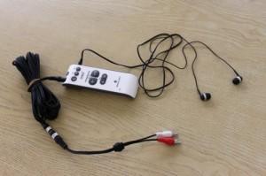 デジタル式集音器 ベルマン マキシ BE2020にイヤホンとテレビ接続用のピンプラグ付コードの写真