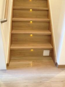階段の段板の直下にLED照明がついていて、それぞれの踏み面を照らしています。