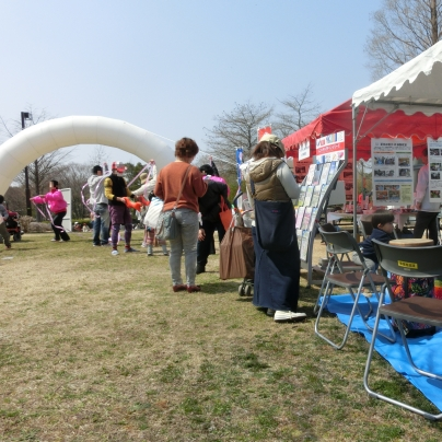 こうべユニバーサルデザインフェアは中庭に多くのテントを張って開催です。