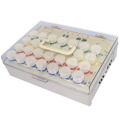長方形のプラスチック製箱のなかには筒が7個横に並んでそれが縦に3列、合計21個並んでいます。