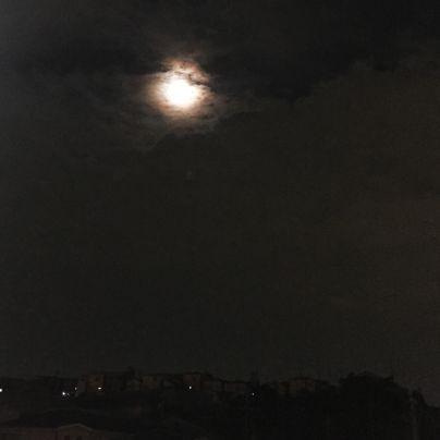 雲の切れ間にまん丸いお月様が覗いています。