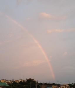 虹は山のうえにかかっています。