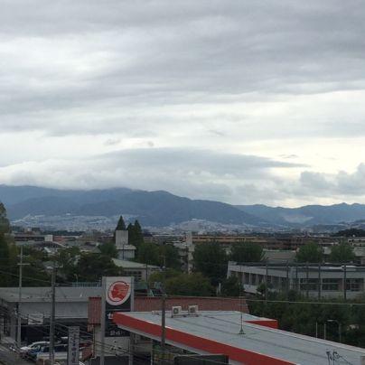 宝塚方面の山々の山頂付近は雨雲に覆われています。