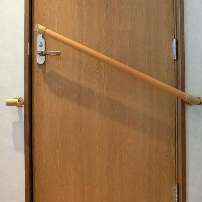 扉を横切る遮断機手すりが少し持ち上がった状態です