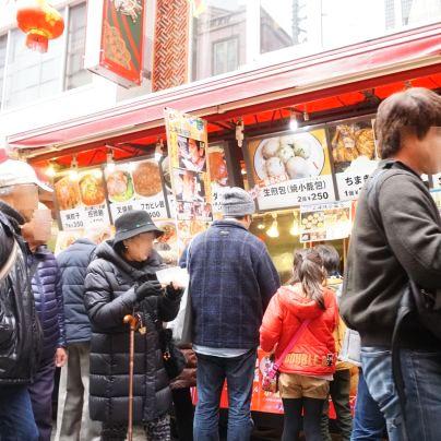 神戸南京町の春節祭で出店には大勢のお客さん
