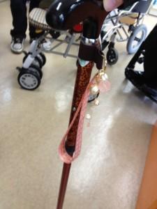杖用ストラップを杖につけた様子