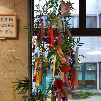 箕面市立病院ロビーの奥に七夕の笹竹が立っています。