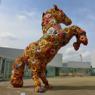 十和田市現代美術館の屋外展示、馬の彫刻「フラワー・ホース」