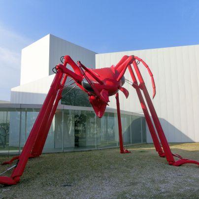 赤い巨大な蟻が、美術館の前に置いてあります。