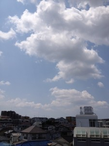 六甲山系の上空は、半分ほどが雲に覆われているものの青空がのぞいています。