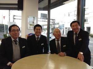 宇都宮製作(株)医療・介護用品部の部長さん、課長さん担当者さん四名さんが円卓を前に座っています。