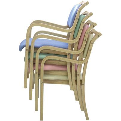 椅子をスタッキングして重ねて片づけている状態