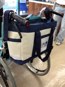 車いす用トートバッグを車いすの背もたれに取り付けています