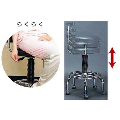 椅子の座面の下側で横へ出てるレバーを押すと高さがかわります。