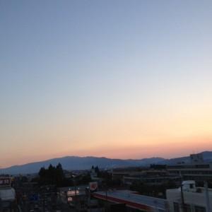 山に太陽が沈んだばかりのところ