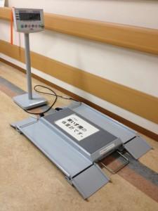 車椅子用リフトみたいな板がフロアの上に置いてあり、その左には操作盤と、体重を表示する液晶派パネルが一体になったものが、フロアの上に置くポールの上に置いてあります