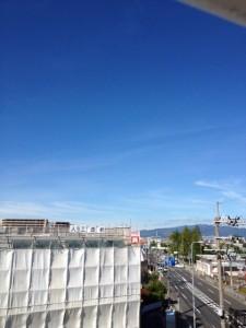 2012年8月23日の朝8時過ぎ、当社の屋上から五月山方面を見た光景