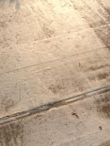 すっかり乾いているコンクリートの路面です
