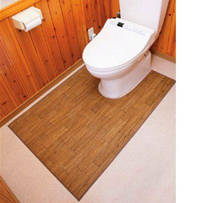 ピータイルを貼ったのトイレの床に木目調のトイレマットが敷いてあります