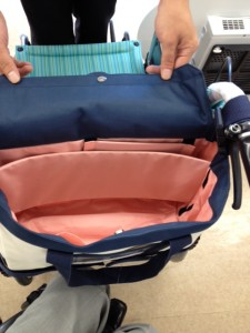 車いす用トートバッグの中は明るいピンク色