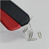 持ち手楽らくハンド リーチャーは、持ち手のマグネットで鉄製の小物を吸い付けます