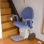 車いす使用の使用者様の為に階段昇降機を設置。