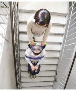 キャリダンで階段を下りる様子を真上から写しています。