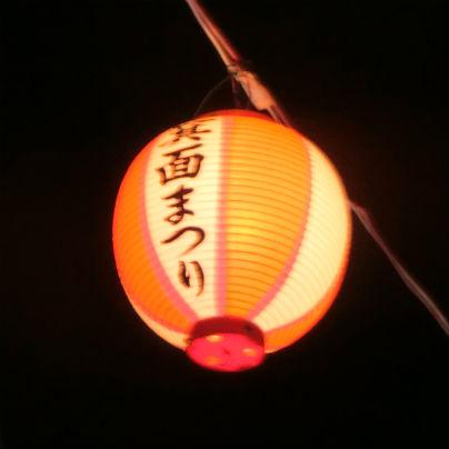 夜空に赤と白の提灯がひとつ、墨で箕面まつりと書いてあります。