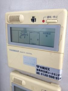 エアコンのリモコンで室温を27度に設定しています。