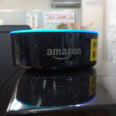 パソコンの上に置いたアマゾンエコードット
